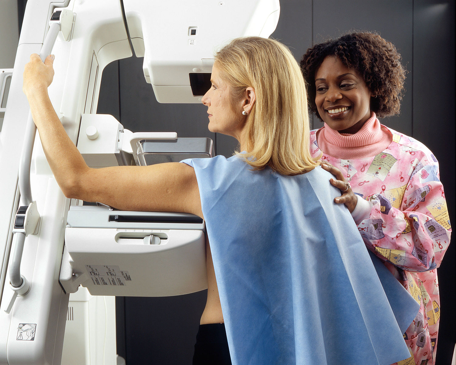 Woman_receives_mammogram_3-2